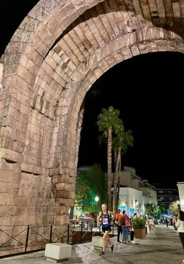 1.500 participantes en una noche espectacular con un gran ambiente en las calles de la capital extremeña