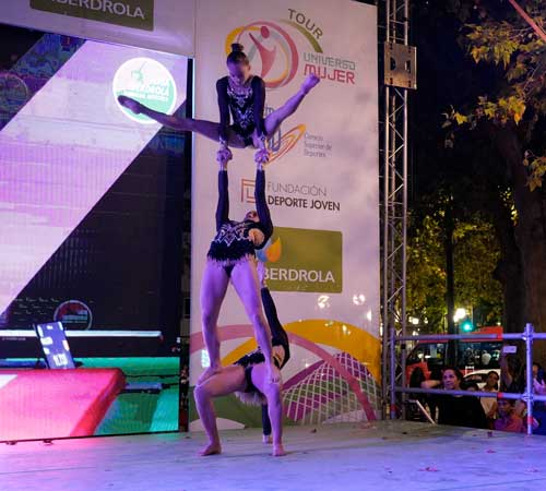 Exhibición de Ana Peix y múltiples deportistas en el Tour Universo Mujer de Cáceres